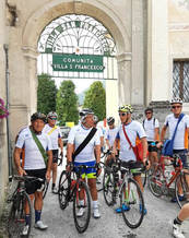"""Il Mattone, appena partito dal Museo dei Sogni, si ferma in Comunità """"Villa San Francesco"""" a Facen di Pedavena per nuovi simboli da portare nelle bisacce."""