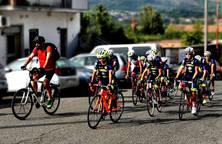 don Matteo Volpato, scortato, da Sezze Scalo a Sezze, dai ciclisti setini del Marco Pantani Official Team.