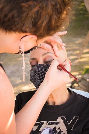 Mulher sendo maquiada por Daphne Porto com os cuidados especiais com a biosegurança devido à COVID 19