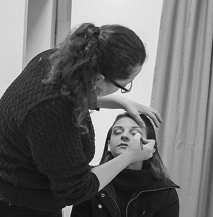Maquiadora Daphne Porto maquiando para fotografia a domicílio.