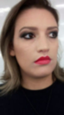 Olho Preto Esfumado e Batom Vermelho. Maquiadora Daphne Porto