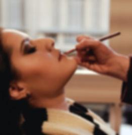 Curso de maquiagem profissional. Modelo sendo maquiada