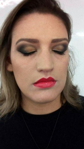 Maquiagem clássica batom vermelho Laura Tatooadora