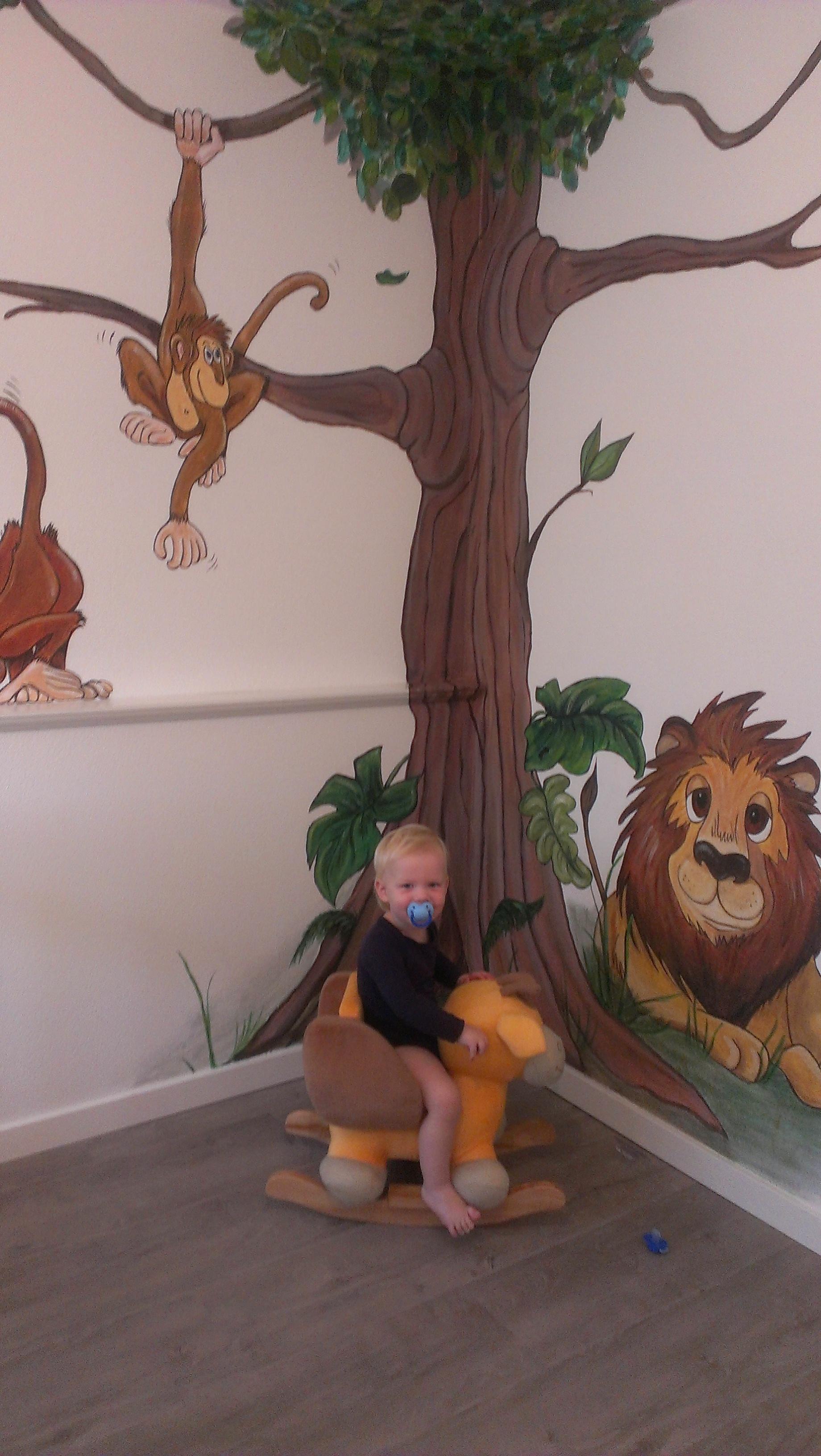 Jona is blij met zijn kamer