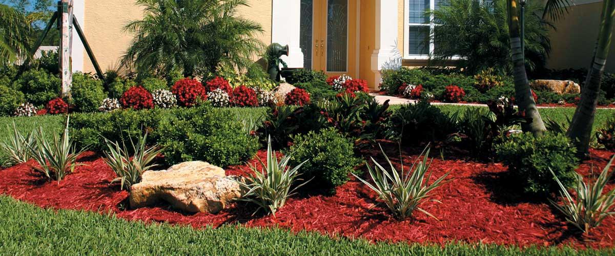 vörös fenyőkéreggel díszített kert