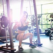 Frauen-anhebende Gewichte