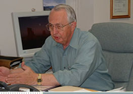 FOTO - grey hair man consulting at desk.