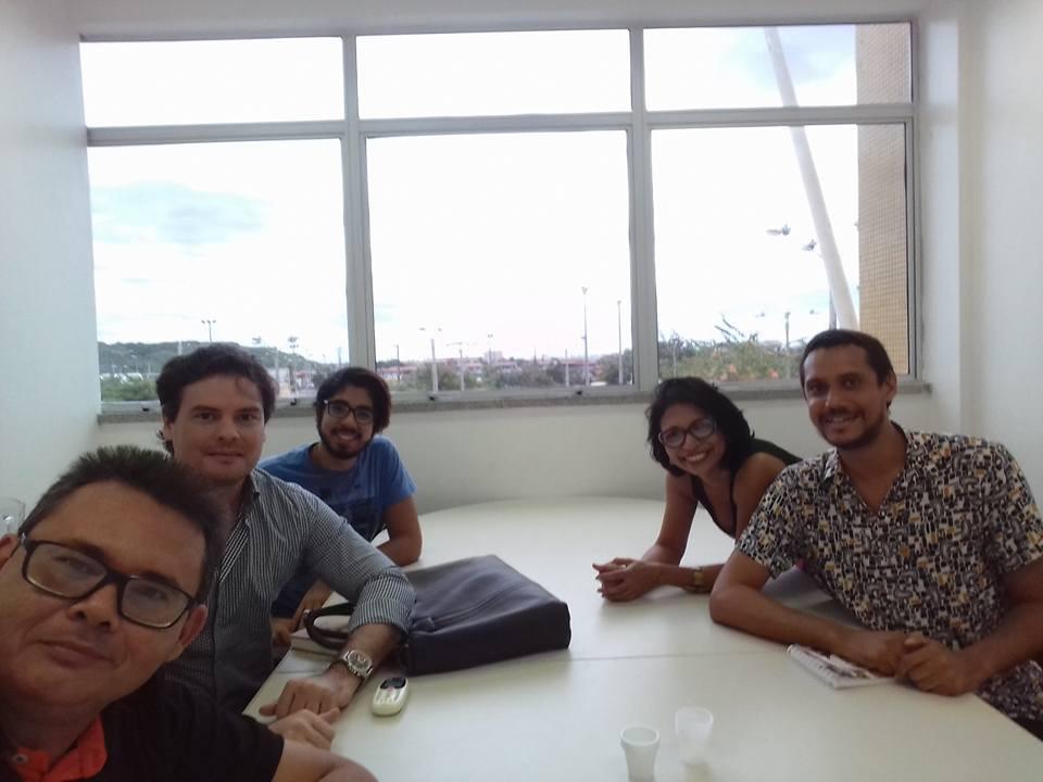 Professores Ismar Capistrano, Gustavo Pinheiro e estudante Wellber Teixeira (esquerda), com coordenadores do Cuca Zoraia Nunes e Thiago Matos (direita), durante reunião