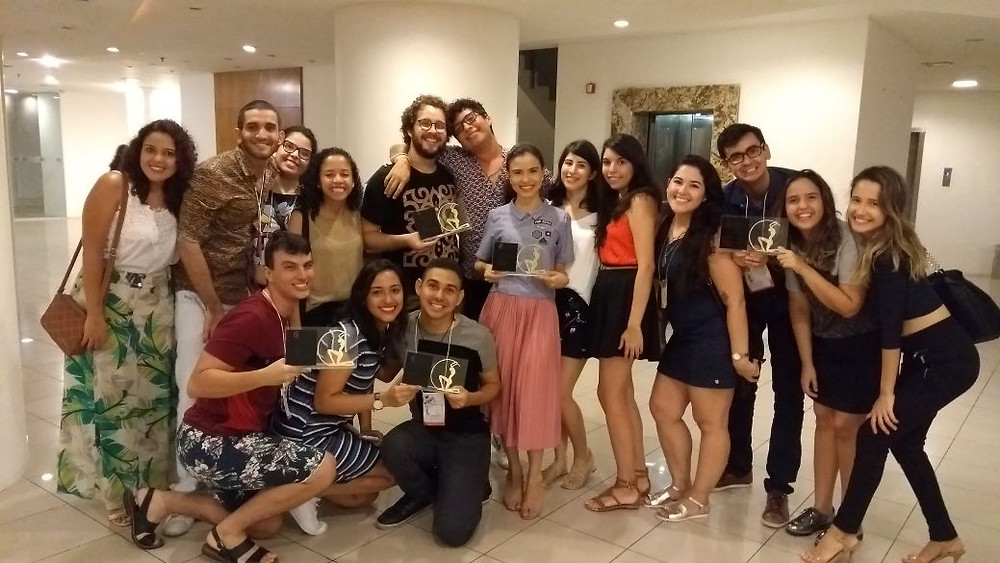 Professora Mayara de Araújo (esquerda) e alunos vencedores durante cerimônia de premiação