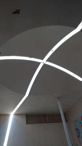ジェノバラインの待合所に入ったら見上げてみてください。天井に子午線がデザインされています。