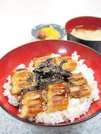 焼きアナゴに特製の甘辛いタレをかけておいしい明石海苔をのせたら丼のできあがり。味付け海苔は店内で販売もしていますのでおみやげにどうぞ。