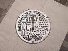 明石市のマンホールには子午線が描かれています。