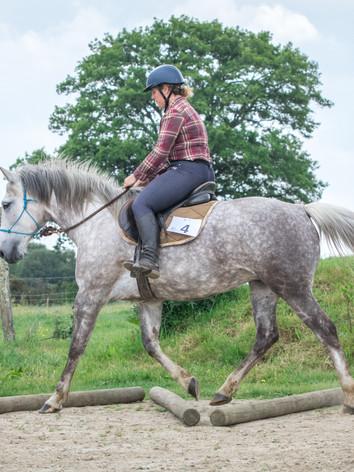 Cavalière et son cheval passant un exerc