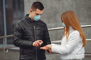 jovenes-que-usan-mascaras-protectoras-es