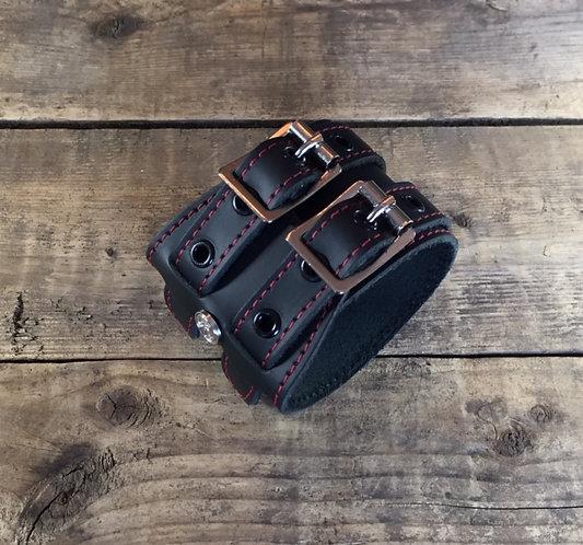 Bracelet 2bk-wrap oeillets noirs couture rouge