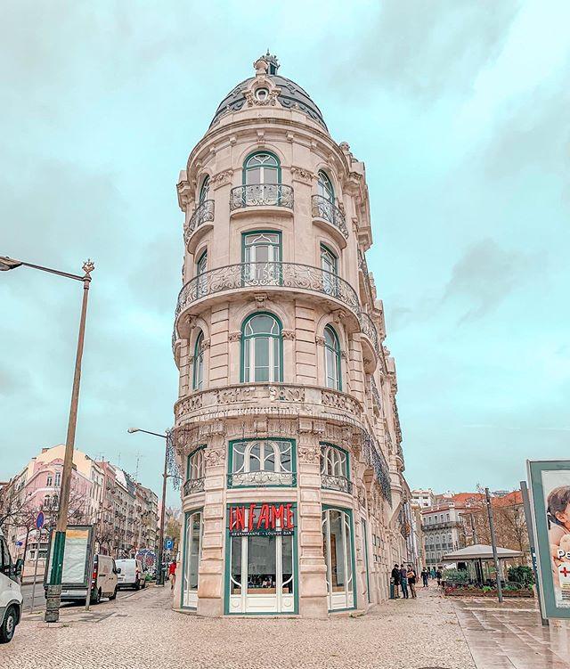 Edifício construído em estilo Art Nouveau, que recebeu prémio Valmor em 1908, atualmente após a revitalização do edifício é o Hotel 1908 Lisboa e o restaurante Infame.