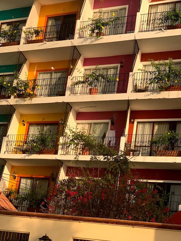 O colorido da cidade destacado nas sacadas.