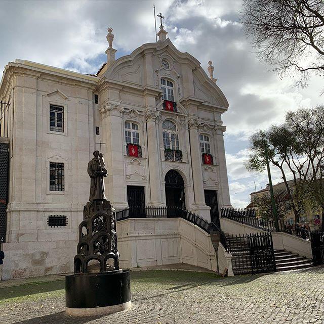 Igreja de Santo Antônio de Lisboa. Construída sobre o local onde nasceu Santo Antônio, foi construído em 1767 no local onde existia uma capela desde o século XV.