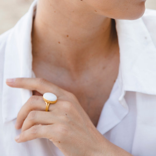 Oval ring with white agate // gold plated