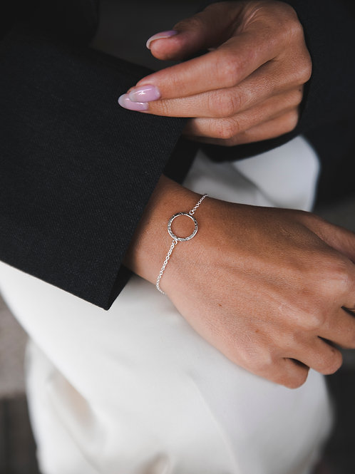 Bracelet on chain with a crumpled circle // silver 925