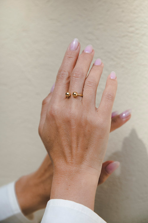 ring with two beads // gold plated