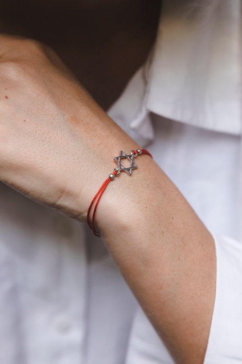 Bracelet on a red thread with Magen David // silver