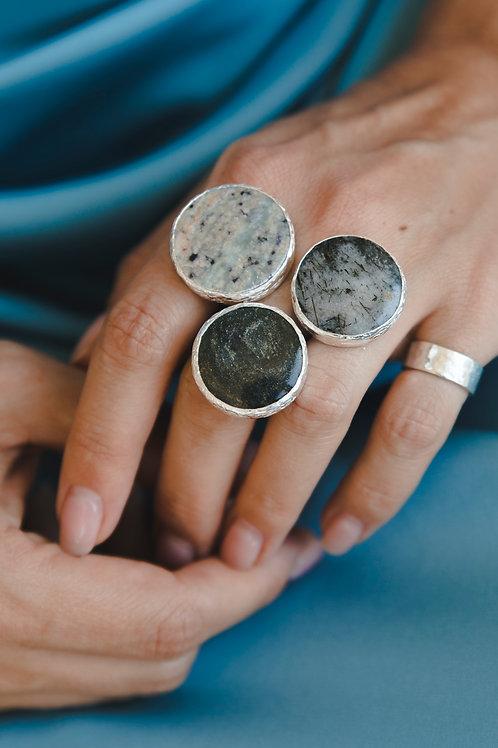 Ring with fluorite, quartz and duckinite // silver925