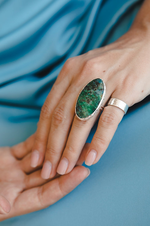 Ring with oval malachite in the breed // silver 925