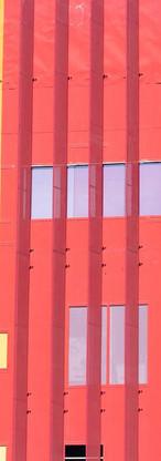 黄色と赤のガラスビル