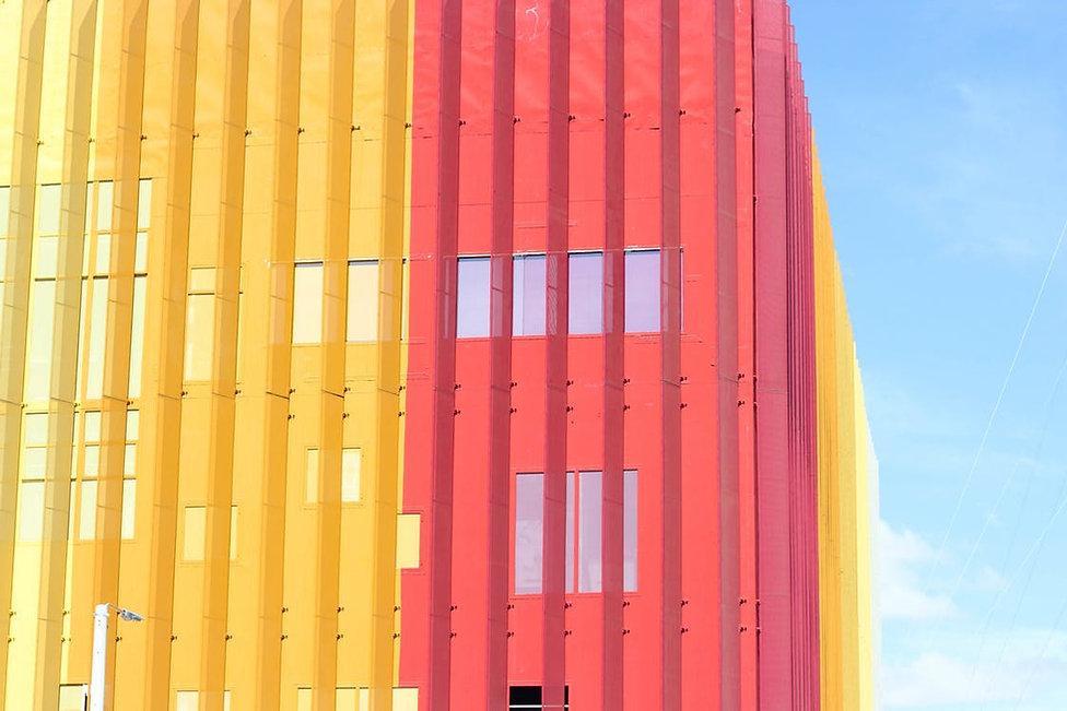 Gula och röda glasbyggnad