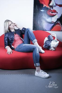 Pose sur le canapé Bocca de Dali. Photo Julien Péron