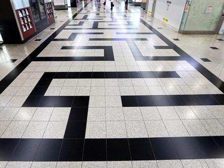 日常の「なぜ?」から考える -大阪駅の床迷路-