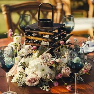 Na decoração das mesas de jantar prioriz
