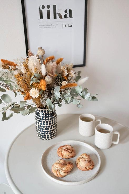 Bouquets de fleurs séchées avec fika à la scandinave