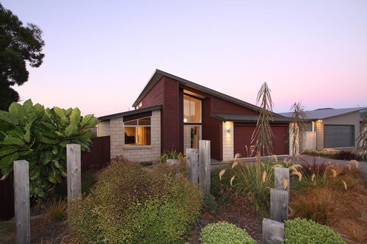 contemporary front garden with native plants