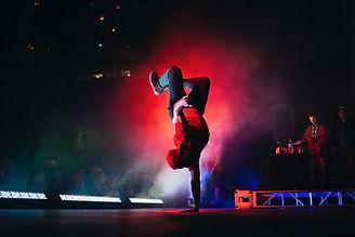 ステージ上のヒップホップダンサー