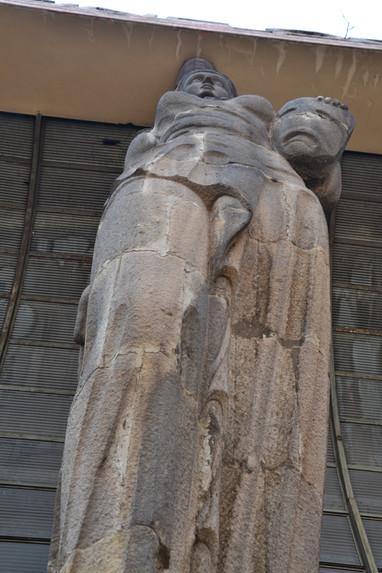 Sous la statue exactement