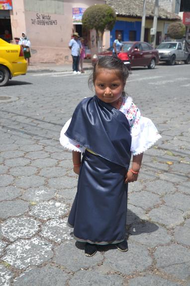 Petite fille timide en tenue traditionnelle d'Otavalo