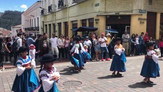 Danse folklorique équatorienne par des jeunes filles