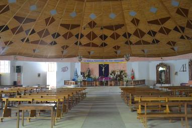 Intérieur d'une église en bois