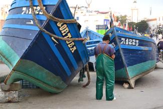 Pêcheur et bateau assortis