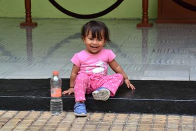 La petite fille à la bouteille d'eau (qui fait la moitié de sa taille)