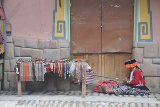 Femme tissant dans la rue