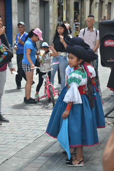 Jeune danseuse folklorique de rue
