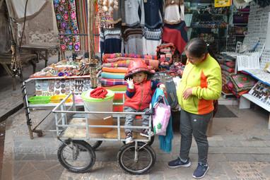 Enfant timide sur chariot de jus
