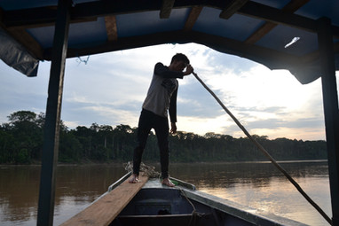 Moises sur le bateau au coucher du soleil