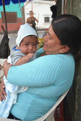 Nouveau-né aux yeux bleus gris (comme tous les nouveaux nés, en fait)