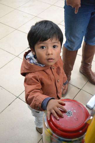 Adorable petit garçon aux grands yeux noirs
