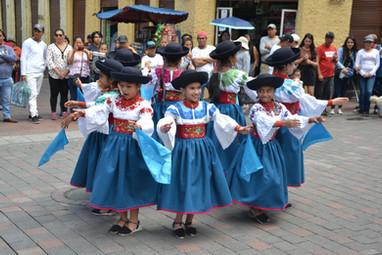 Jeunes danseuses folkloriques à Quito