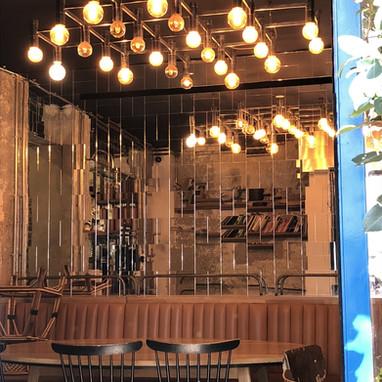 Bar miroir vers l'Atelier des Lumières